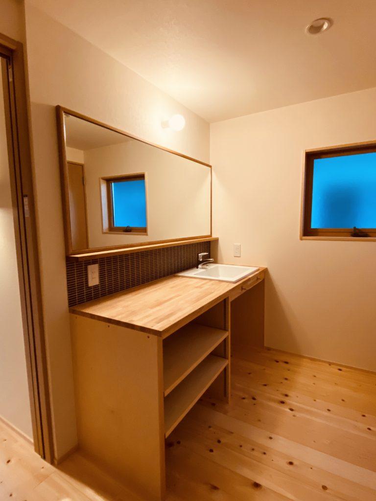 実用的で木のやさしい風合いが伝わる洗面台