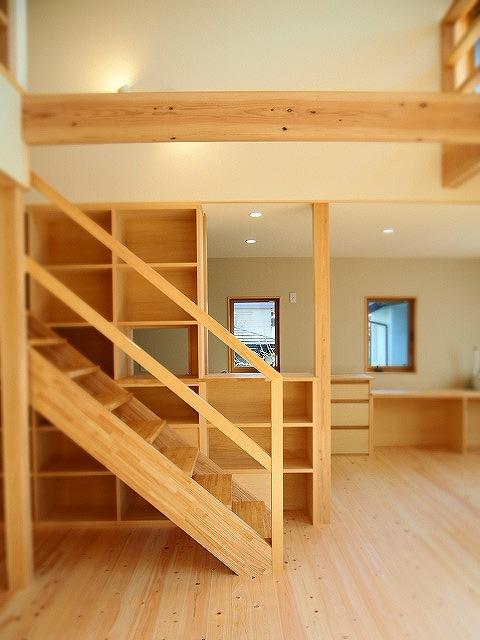 階段脇の窓つき収納棚