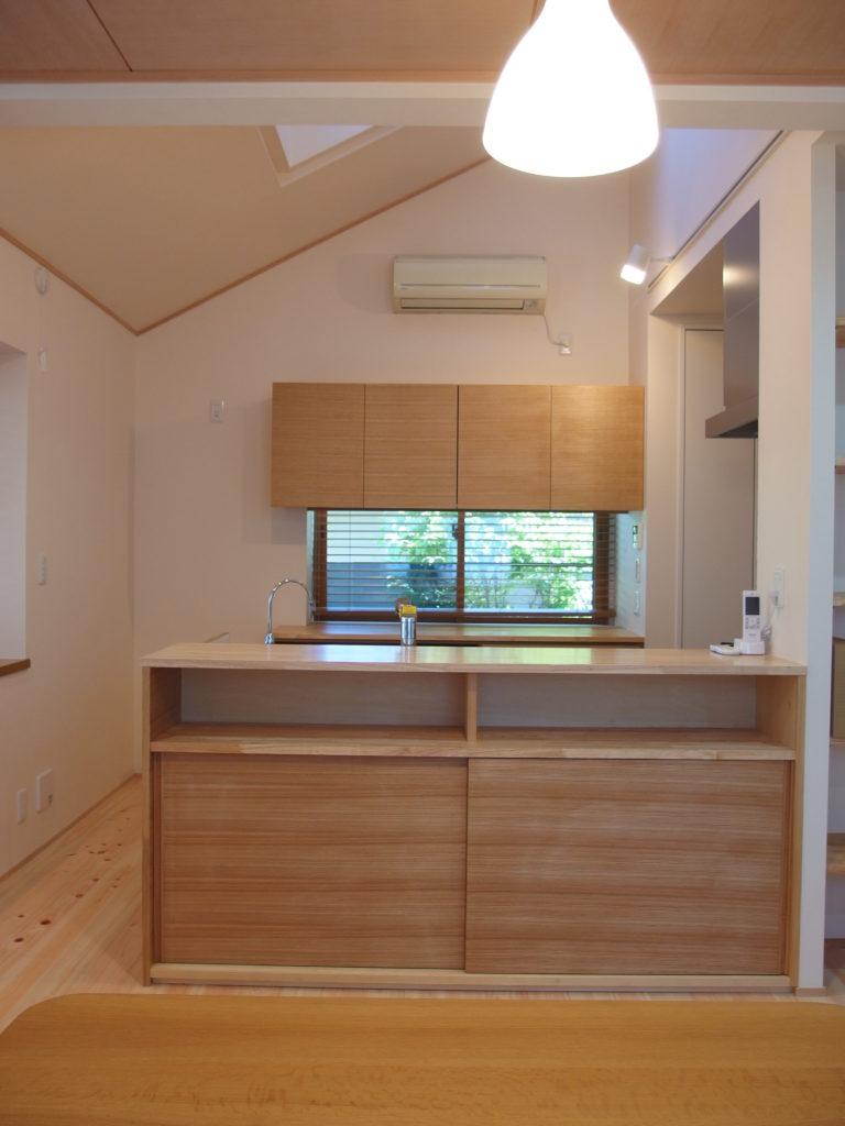 勾配天井と天窓の下のキッチン