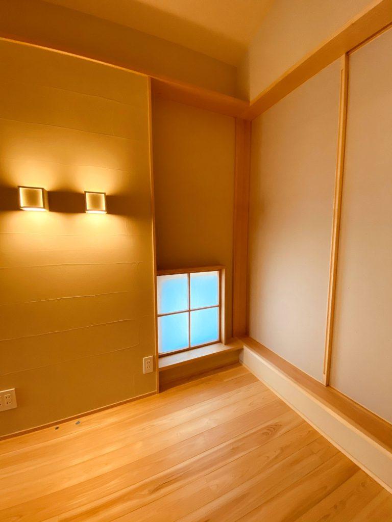 空間を豊かにする飾り窓と照明