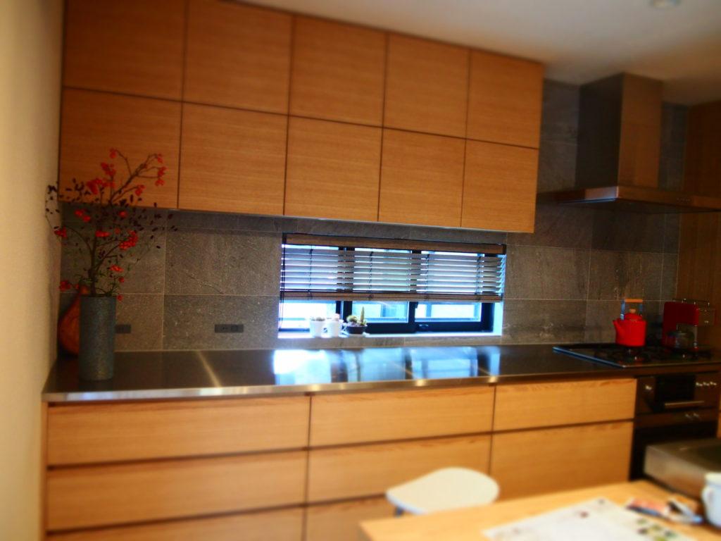 スクエアの扉が並ぶキッチンバックセット