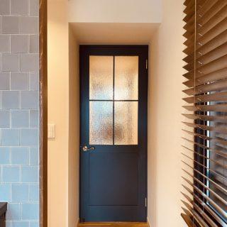 アクセントカラーの造作ドア