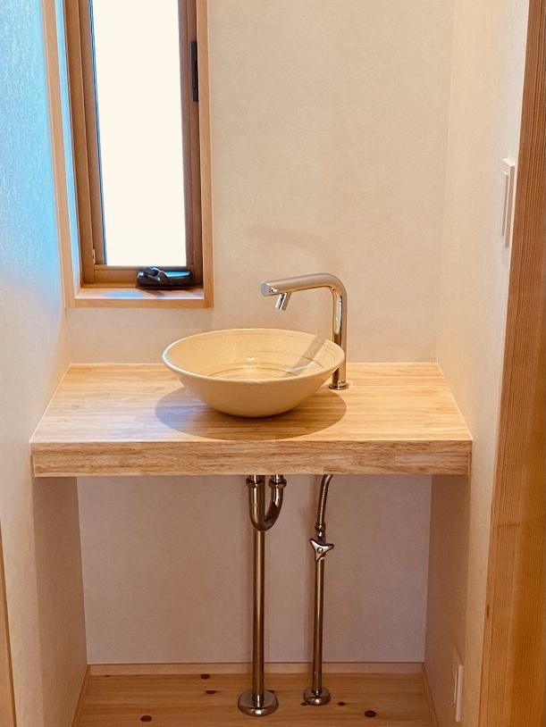 淡い色の陶器の手洗い