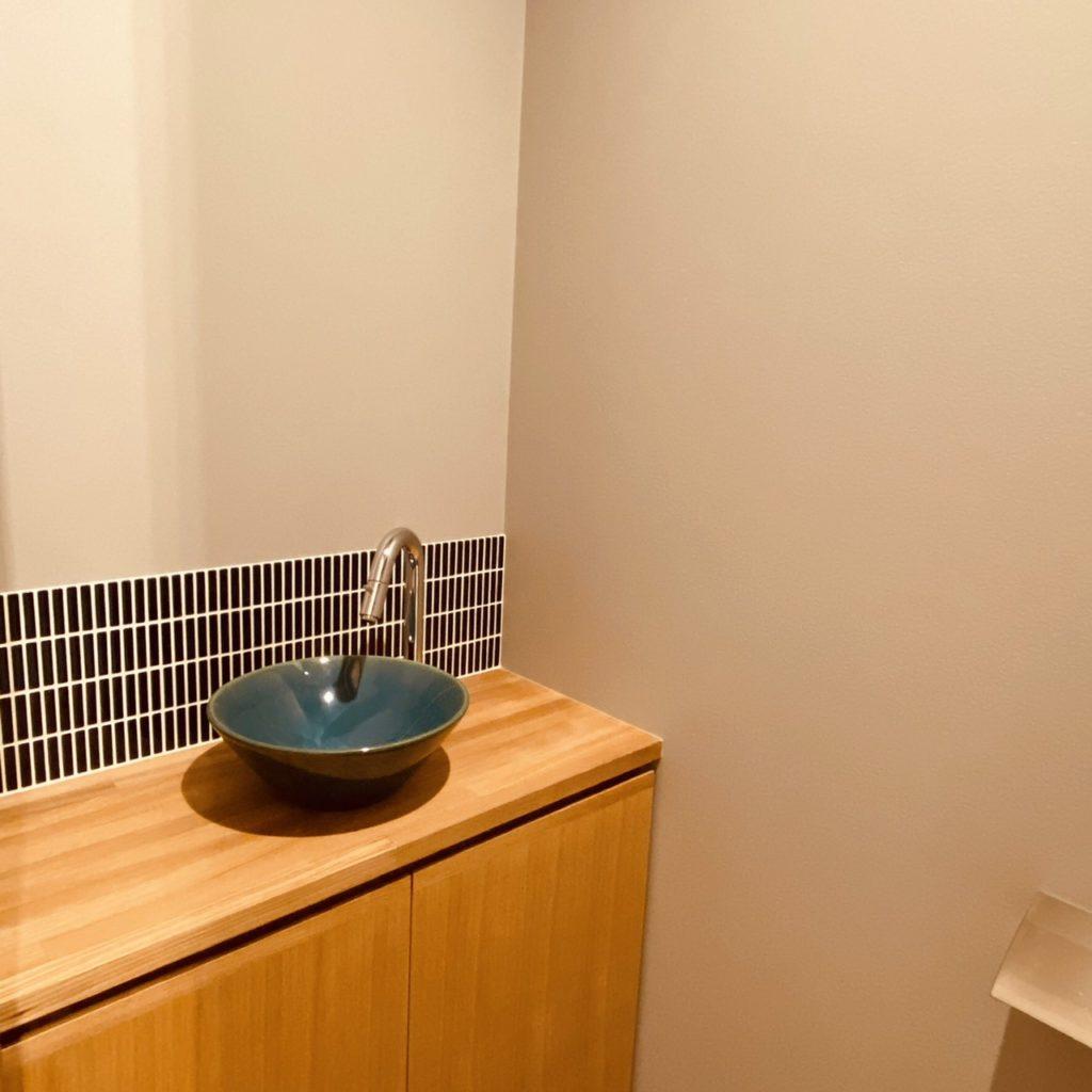 碧色の手洗い器