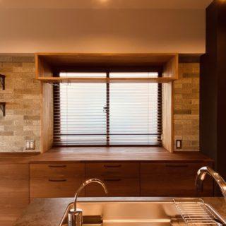 窓のあるマンションのキッチン