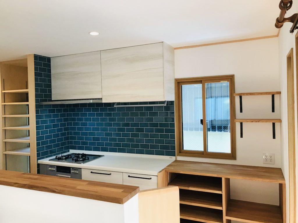 白と青と木のキッチン