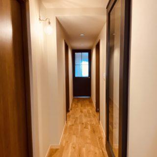 廊下のアクセントとなる造作ドア